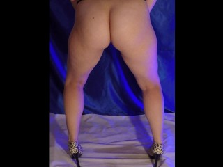 Babe pee standing in high-heeled shoes - sexy pissing girl