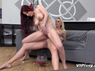 Lesbians make a double waterfall with their pee!